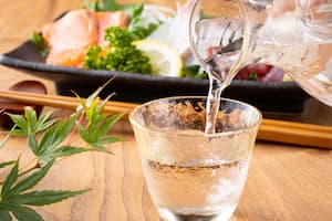 日本酒と刺身盛り合わせ